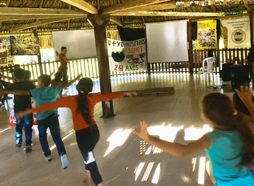 Kinder machen Bewegungsübungen