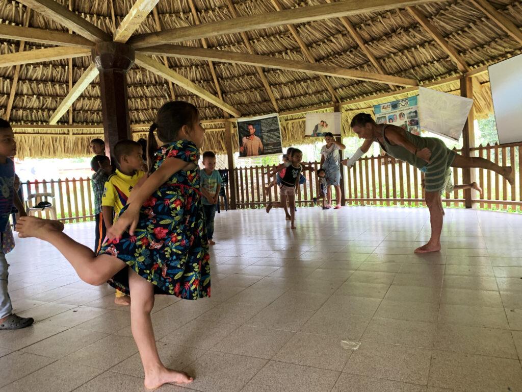 Kinder und Workshopleiterin stehen auf einem Bein